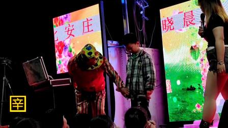 晚上促销活动小丑表演魔术,孩子们兴奋的与小丑互动
