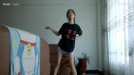 少女家里跳舞