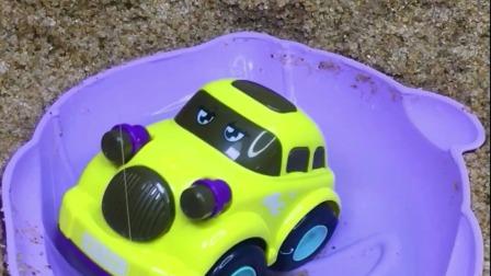 工程车故事:跑车不看路掉水坑,寻找路过的吊车帮忙