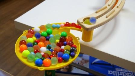 彩色积木和木质轨道组建弹珠球场