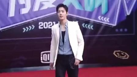 王俊凯VS肖战走红毯你们喜欢谁?喜欢谁就在评论区上评论,谁粉丝