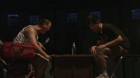 绑匪下棋过于着迷,人质跑了都不知道,真是俩大傻子