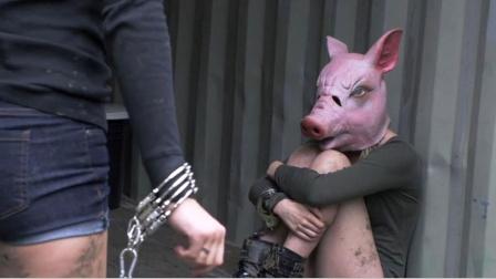 歹徒的怪癖丧尽天良,每次折磨女孩之前,都要给她们戴上猪头面具