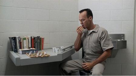 高智商重刑犯为了越狱,不惜将拇指掰断,然后将药剂塞进食道里