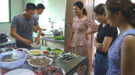 老婆娘家来人了,阿壮整一大桌海鲜接待,把他们安排到位
