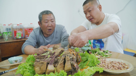 阿远炖了只8斤的驴脖子,酱焖仨小时,下手直接撕,这吃法太豪横