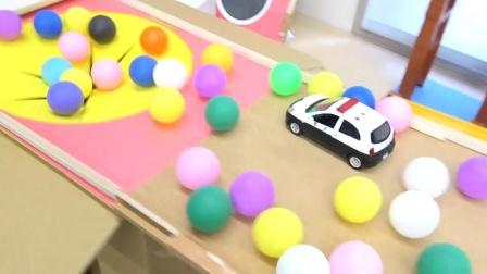 汽车工程车玩具故事:超多的警车掉入玩具箱里,咋回事?
