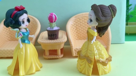 贝儿非要白雪手上的花,不给就叫王后来