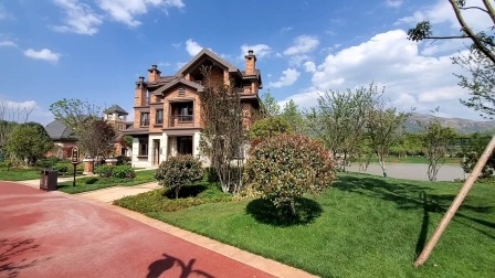 125平魔幻小别墅,面积虽小房子可不小,前后花园都有90平