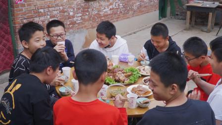 儿子同学来家玩,阿远红烧了俩大肘子,整几个硬菜招待,吃嗨了