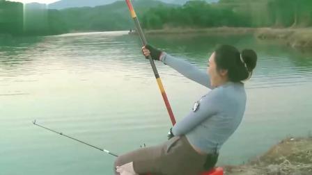 美女和刘志强野钓,遭遇巨物咬钩,这条鱼少说也得有25斤!