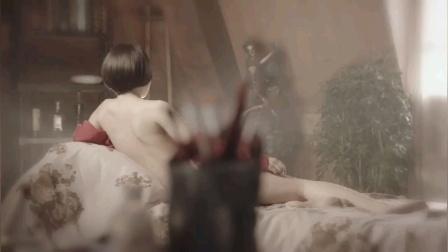 美女找到男人,脱下衣服,为他做人体模特