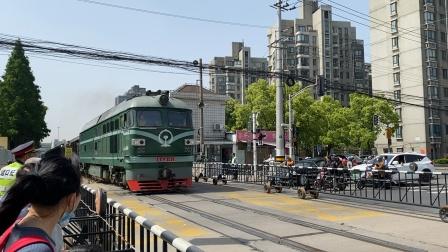 何杨线-47586次(杨浦-南翔)DF4B9143牵引货列通过民星路道口