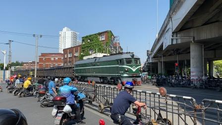 南何线-47590次(杨浦-南翔)DF4B7540牵引集装箱货列通过场中路道口
