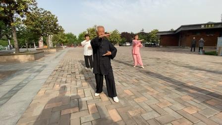 跟着杨式第五代传人周振师父(80岁)学习杨式85式太极拳
