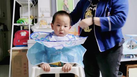 小鑫给乐宝剃发型,锅碗瓢盆齐上阵,萌娃全程讨饶