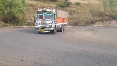 行车记录:印度货车转弯,这鸣笛声真是一大特色!