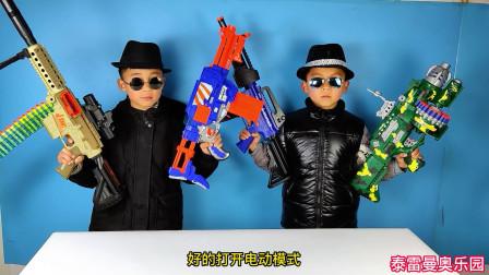 小泽和哥哥比赛玩四把电动连发组装枪玩具,小泽的M416赢得了胜利