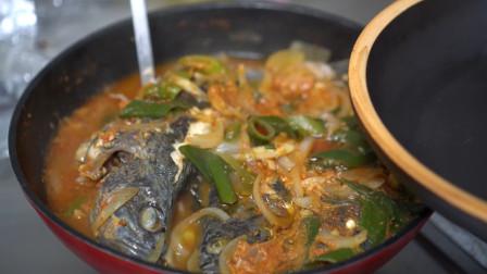 把鱼干放入酱料中,再来一锅热乎乎的鱼汤,撒上辣椒粉食欲大增!