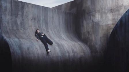 少女被困光滑曲面,脚下就是万丈深渊,这时候绝望比死亡更可怕!