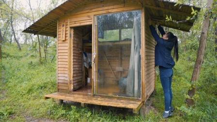 下雨天小姐姐躲到小木屋安装木材炉煮茶烤馒头,屋顶漏水要修啦!