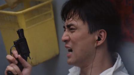 同事小唐被吓得心惊胆战,躲在墙后直冒冷汗,手还抖不停