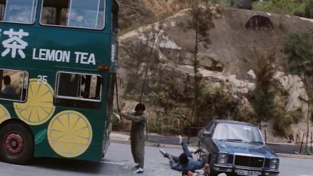 成龙为了追逃犯,直接用枪逼停了一辆大巴,场面精彩刺激