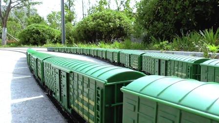 长版行包专列分两组,轨道交叉行驶火车模拟