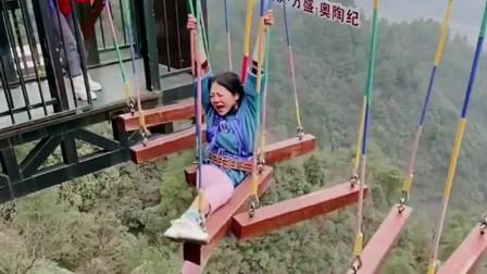 妹妹第一次挑战高空云梯,劈腿那一刻,我都感觉到疼了!