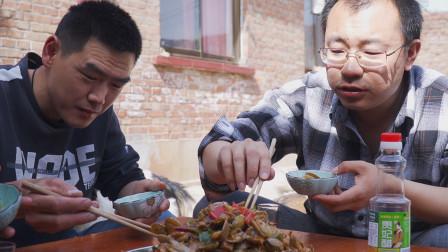 """阿远今天做""""花甲鸡"""",叫俩朋友来品尝,鸡肉入味花蛤下酒,得劲"""