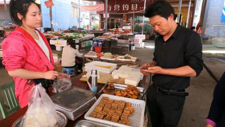 农村大哥去菜市场买菜,看见美女摆摊很紧张,给了钱东西都不要了