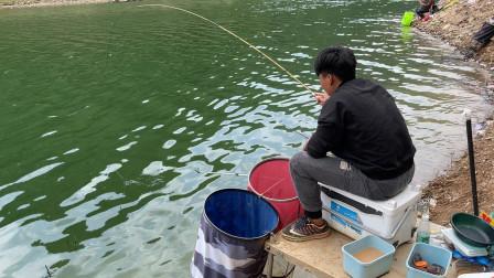 钓鱼三年,第一次同时用两个鱼护装鱼,这鱼情太给力了