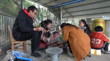 农村如此的生活真让人艳羡,下雨天不用干活,全家一起吃烧烤