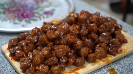 网购的麻辣猪尾,放入酱料加热,空气中都弥漫着浓郁的酱料味!