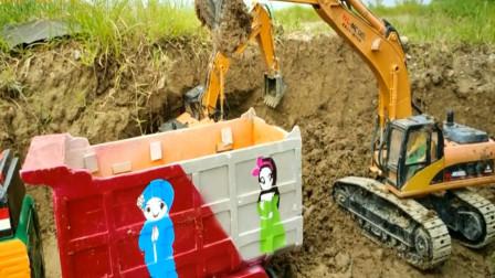 挖掘机与卡车在工地挖泥土 趣味益智