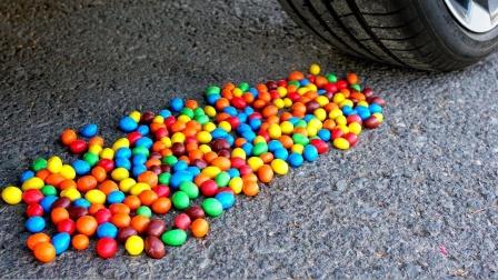 把减压球、面具、糖果放在车轮碾压,勿模仿