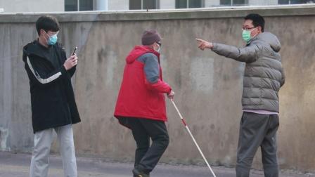 """""""你个混蛋!""""看到小伙故意误导盲人,路人怒了"""