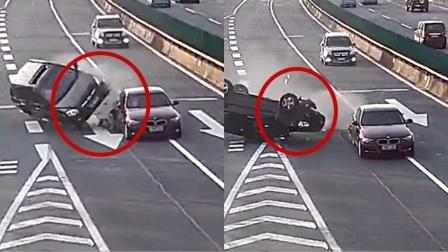 """太突然!监拍:小车高速任性变道被撞 后车避让不及""""四脚朝天"""""""