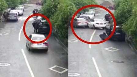 """监拍:路边停车上演""""开门杀"""" 司机走神来不及避让致7车连撞!"""