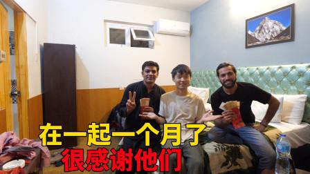 巴铁朋友跟我们一个月,又当翻译又当导游,去银行取钱给他发红包