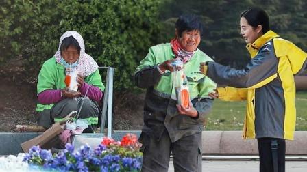扮成外卖员为环卫工人送上一杯奶茶,她们喝着喝着竟然哭了