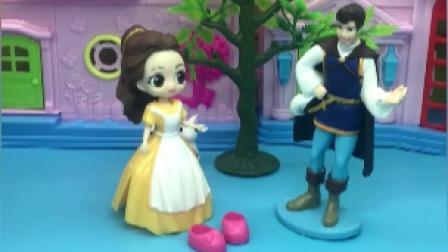 王子给白雪来送鞋子,贝儿王后看到都误会了