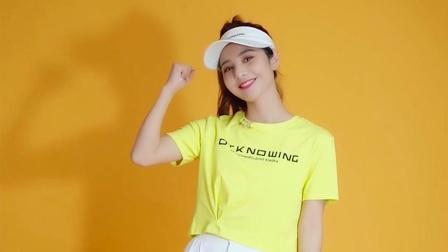 黄色短T恤搭配白色休闲裤,让肤色更白皙!