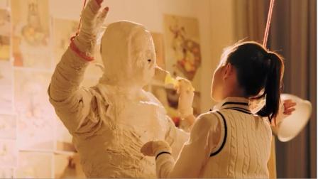 女子全身涂满石膏当模特,结果却被闺蜜遗忘,被活活闷死在石膏里