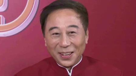 德艺双馨的好爷爷!63岁冯巩背孙子等公交 两鬓发白走路吃力