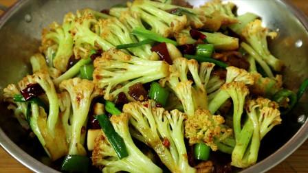 花菜有人焯水,有人直接炒,难怪不好吃,看饭店大厨是如何做的