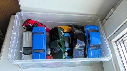 从箱子里拿出炫彩小汽车玩具