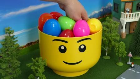 拆开彩色奇趣蛋获得积木小玩偶