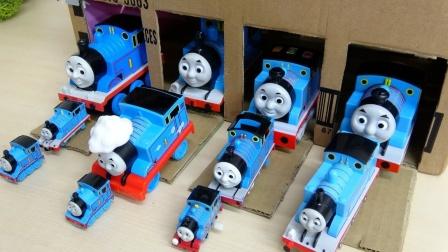 小火车托马斯穿过神奇纸箱乘坐积木小车