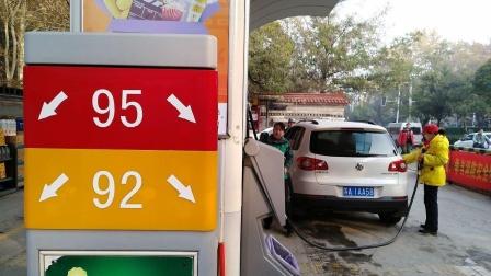 加油站的隐藏福利,司机加完油后就走,加油站员工直接帮你收着